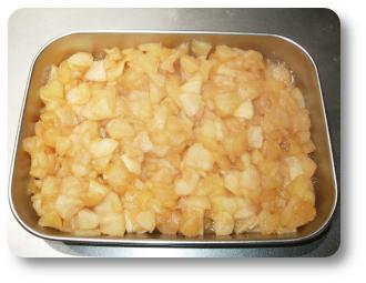 煮りんごをバットに入れます